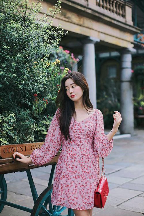 Đầm hoa nhí màu hồng nữ tính