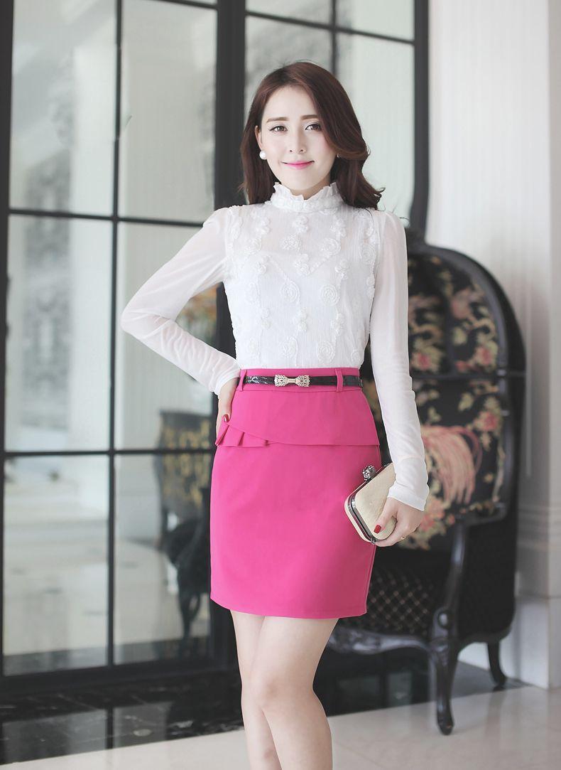 Áo trắng dài tay cổ cao kết hợp chân váy hồng