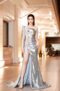 Đầm dạ hội lệch vai xẻ tà đính kim sa